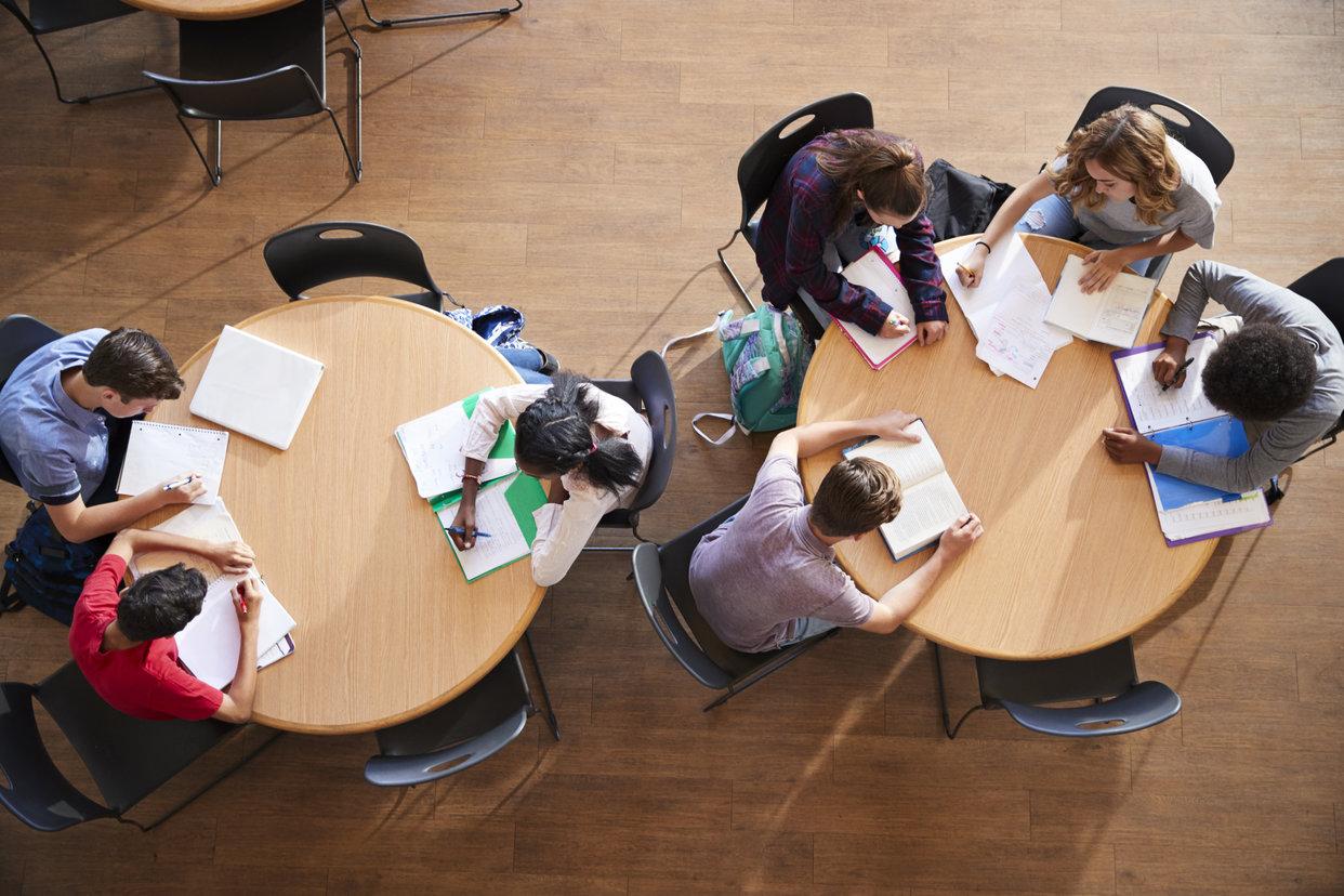 Elever sitt runt ett bord